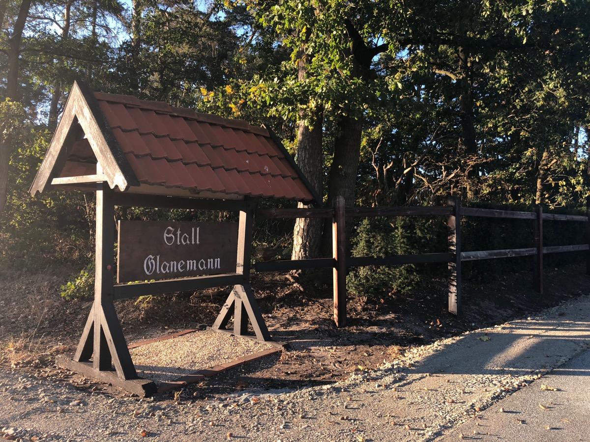 Einfahrt zum Stall Glanemann